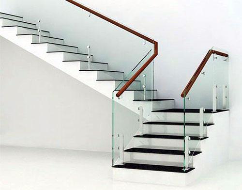 Cầu thang kính cường lực cho căn hộ nhiều lầu