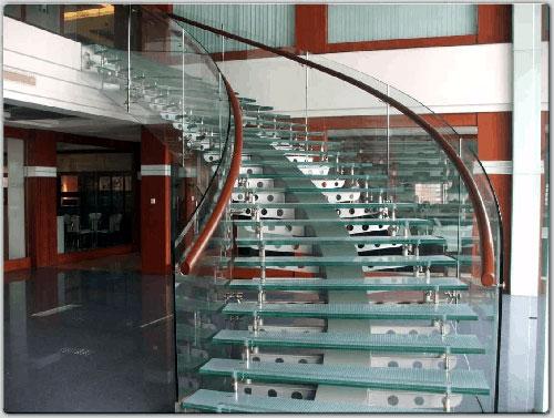 Cầu thang kính đẹp tại TPHCM