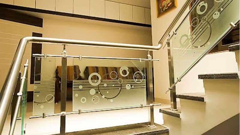 Làm cầu thang kính tay vịn inox giá rẻ tại TPHCM