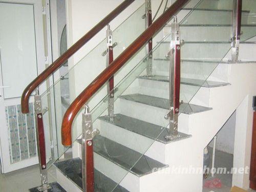Cầu thang kính kết hợp khung gỗ cao cấp