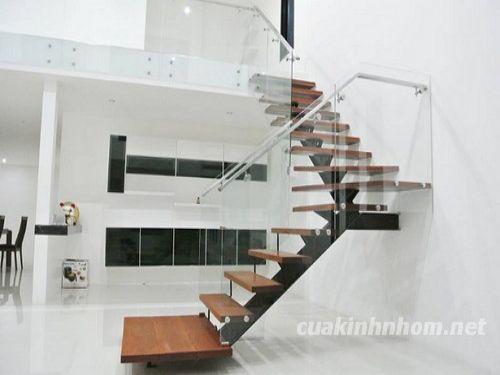 Mẫu cầu thang kính hiện đại cho nhà ở
