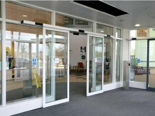 Mẫu cửa kính tự động mở cho showroom