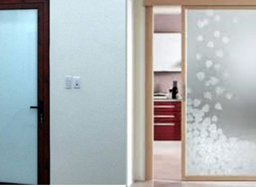Mẫu cửa nhôm vân gỗ phòng đẹp nhát hiện nay