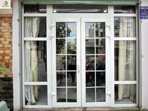 Mẫu cửa nhôm xingfa màu trắng sứ được sơn tĩnh điện bền đẹp cho cửa mặt tiền