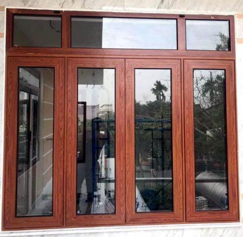 Cửa nhôm xingfa giả gỗ 4 cánh lắp đặt tại vị trí cửa sổ của ngôi nhà