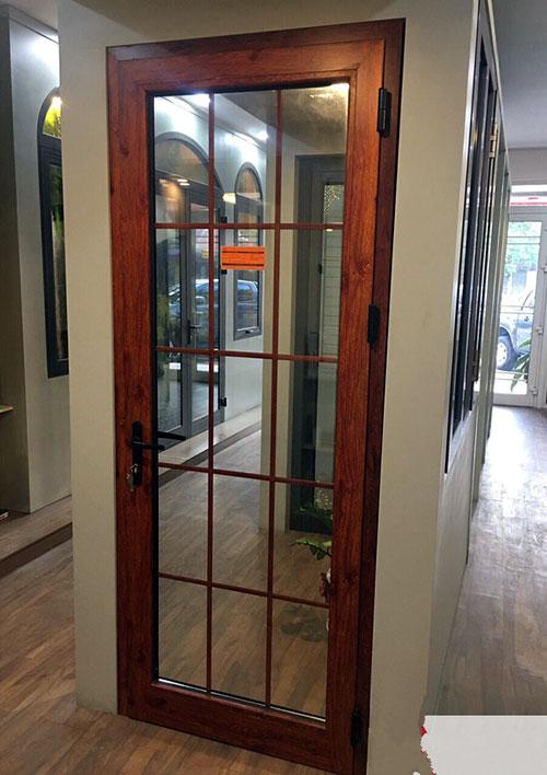 Mẫu cửa nhôm xingfa vân gỗ 1 cánh đẹp tay cầm mở quay cho cửa thông phòng hay cửa bên hông nhà