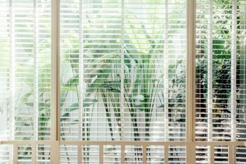 Mẫu cửa sổ lá sách nhôm màu trắng