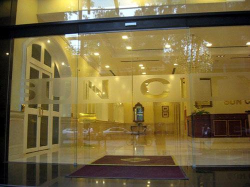 Mẫu cửa kính cường lực lùa 4 cánh đẹp cho cửa đi tại khách sạn