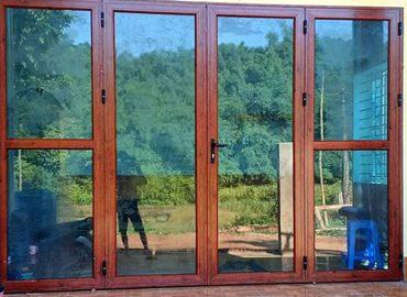 Mẫu cửa nhôm giả gỗ 4 cánh đẹp 2021