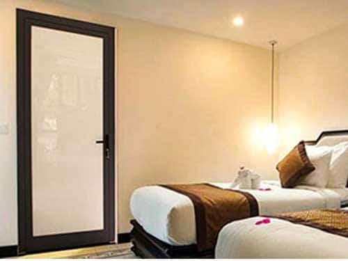Mẫu cửa nhôm kính phòng ngủ 1 cánh mở gạt