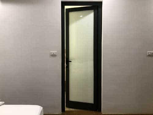 Mẫu cửa nhôm phòng ngủ đẹp màu đen kính mờ