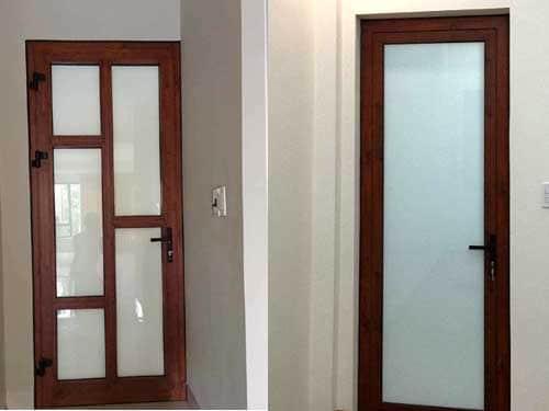 Mẫu cửa nhôm giả gỗ 1 cánh sử dụng kính mờ đẹp