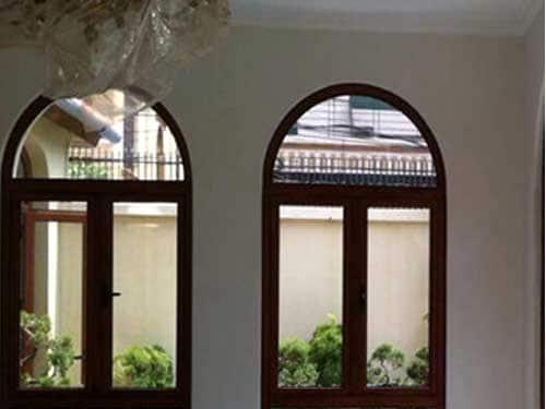Mẫu cửa sổ giả gỗ uốn vòm đẹp