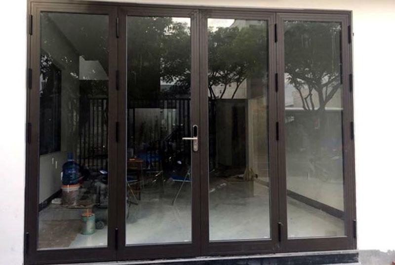 Mẫu cửa nhôm kính màu cafe đẹp cho cửa đi chính