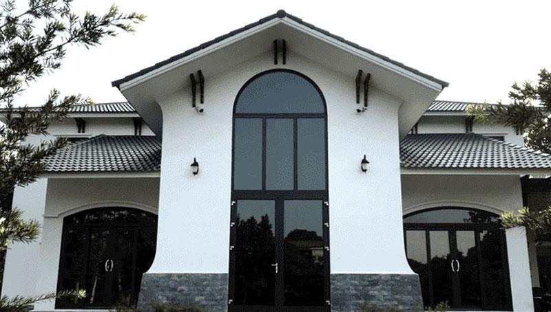 Mẫu cửa nhôm kính vòm đẹp màu đen
