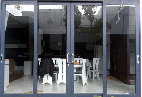 Mẫu cửa nhôm kính phòng khách trượt lùa