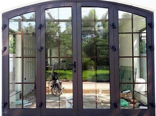 Mẫu cửa nhôm Xingfa màu cafe đẹp cho cửa chính