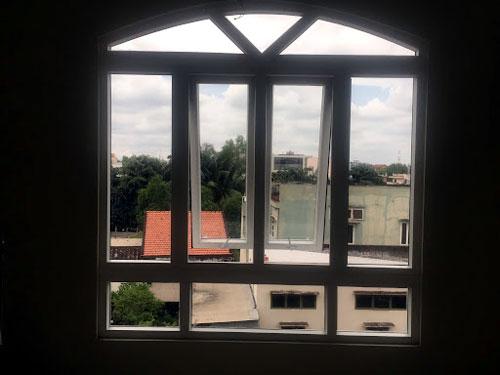 Cửa sổ nhôm uốn vòm đẹp mở hất