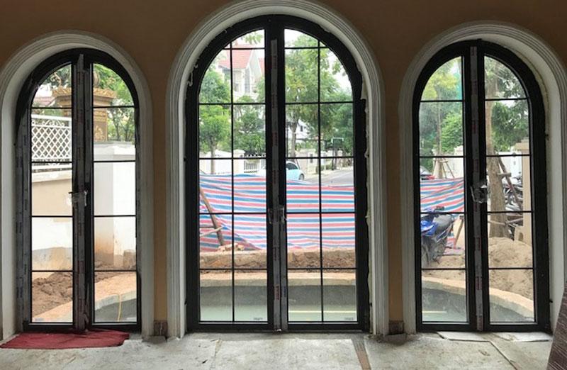 Mẫu cửa nhôm kính 2 cánh đẹp kiểu mái vòm cho cửa đi chính