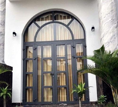 Mẫu cửa nhôm kính mái vòm đẹp cho cửa đi chính
