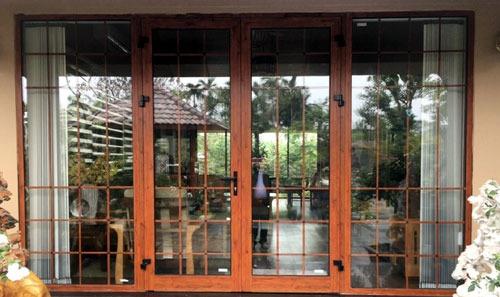 Mẫu cửa nhôm kính phòng khách đẹp màu giả gỗ