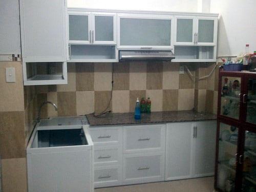Thi công tủ bếp nhôm kính đẹp cho nhà nhỏ