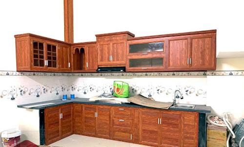 Làm tủ bếp nhôm Xingfa giả gỗ đẹp