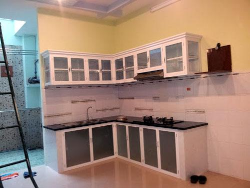 Làm tủ bếp nhôm Xingfa đẹp màu trắng tại TP.HCM