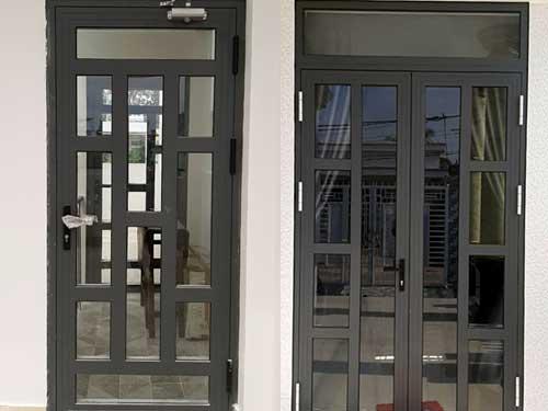 Mẫu cửa nhôm kính chia ô mở gạt màu xám