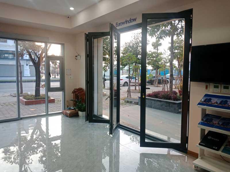Mẫu cửa nhôm kính Eurowindow 4 cánh màu đen đẹp