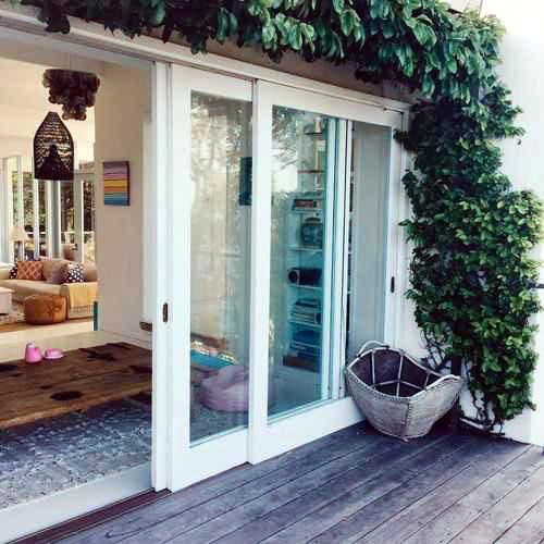 Mẫu cửa nhôm kính ban công phòng khách màu trắng