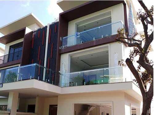 Lan can kính ban công căn hộ nhiều tầng