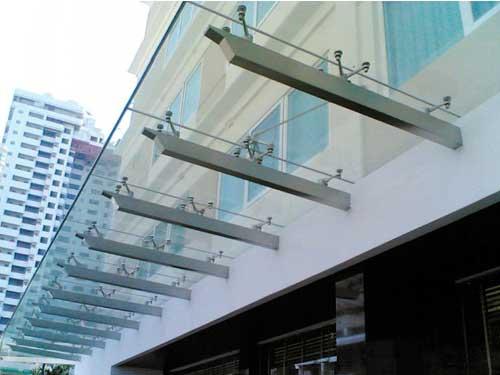 Mái hiên kính cường lực đẹp cho khách sạn